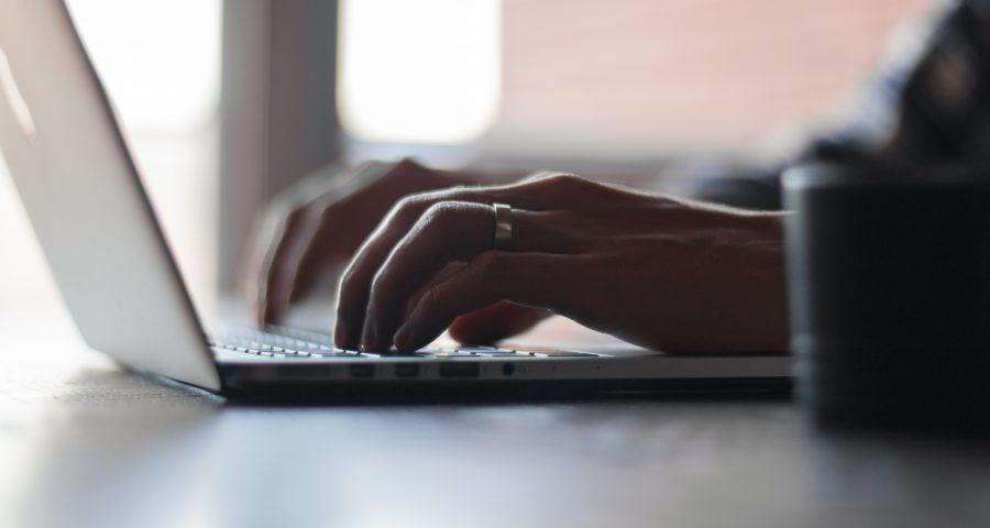 Laptop Tasse Hände