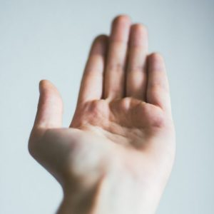 Handfläche bittet um Geld