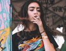 Frau Zigarette Hippie