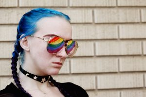 Frau blaue Haare Sonnenbrille