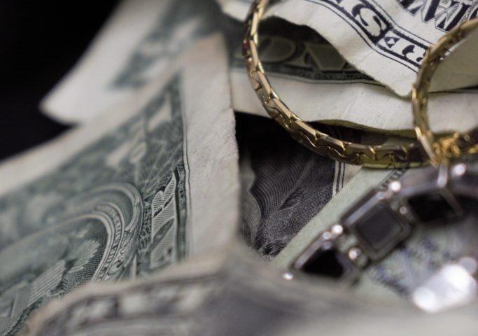 Geld und Schmuck