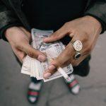 Geld zählen mit Zigarette