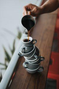 Kaffee Tassen gestapelt