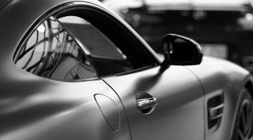 Silberner Mercedes Sportwagen