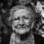 Oma schwarz-weiß