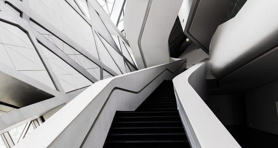 schwarze Treppe weißes Gebäude