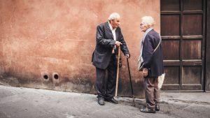 Zwei alte Menschen