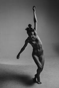 frau tanzt muskulös