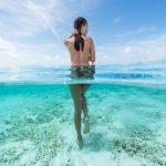 Frau nackt Meer blau