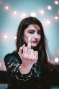 Mittelfinger Mädchen